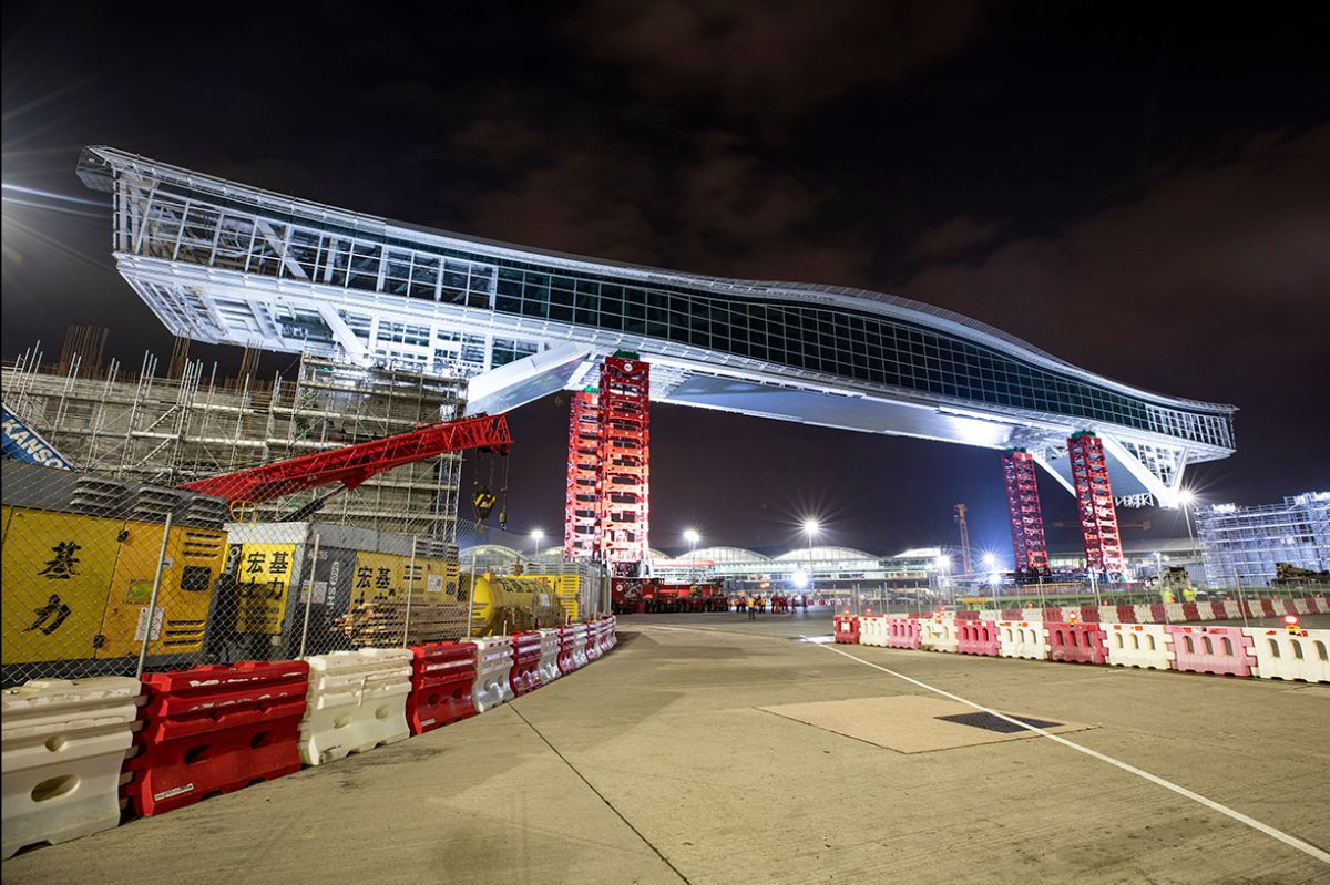 Mammoet installing the 200m-long Sky Bridge for Hong Kong International Airport
