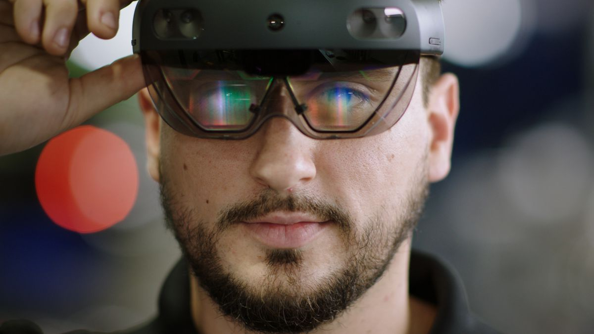 Mercedes-Benz USA and Microsoft redefine automotive maintenance with HoloLens 2