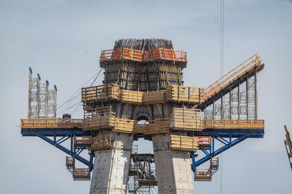 Custom versions of the SKE50 plus shaft platforms were used to accommodate the shape of the pylon tower, which tapers gradually towards the top. Horizontal supporting construction frames kept the working platform safe and transferred concrete loads. Copyright: Doka