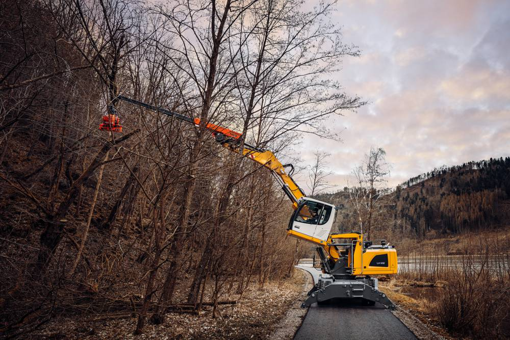 A reach of up to 16.5 m with the LH 22 M Industry Litronic is possible in the new equipment combination: Westtech telescopic stage T 4000 with Liebherr LIKUFIX®, quick coupler system as well as the Woodcracker® CS510 crane.