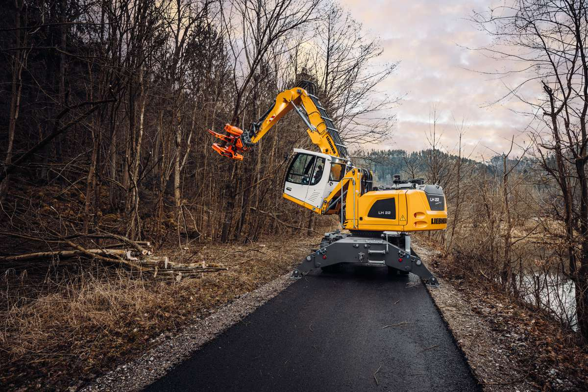 For work in the immediate area larger and heavier cutting tools, such as the Westtech Woodcracker® C350, can be easily attached to the Liebherr stick with tipping kinematics of the LH 22 M Industry Litronic.