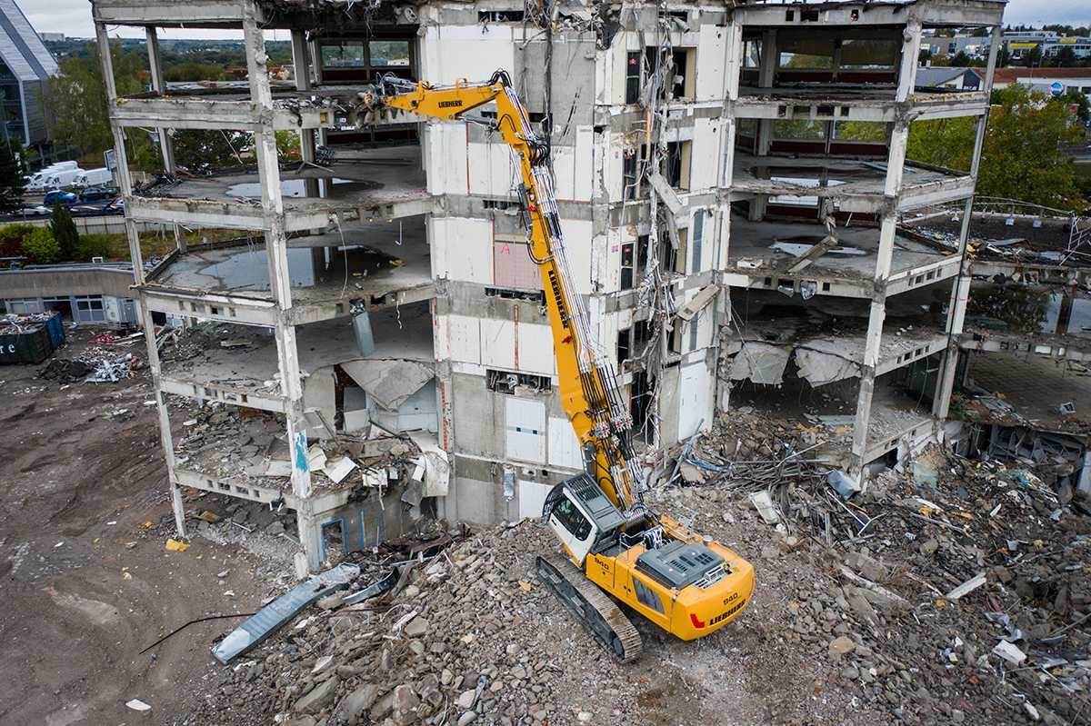 A new Liebherr crawler excavator: R 940 Demolition replaces R 944 C