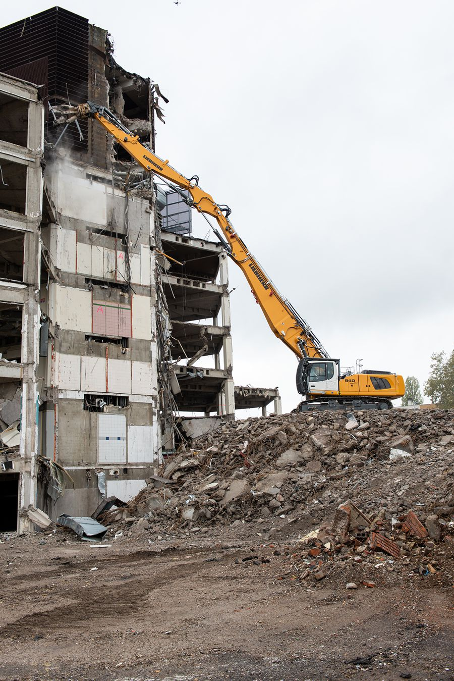 With the R 940 Demolition, Liebherr complements its existing range of demolition excavators R 950 and R 960