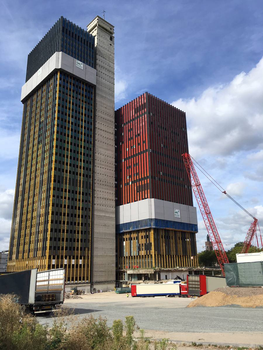 Both the office tower (left) and the studio tower were fully enclosed with the Protection screens Xclimb 60 for dismantling. This ensured the safety of the team at every height and prevented debris, small parts and dust from falling down. Photo by Doka