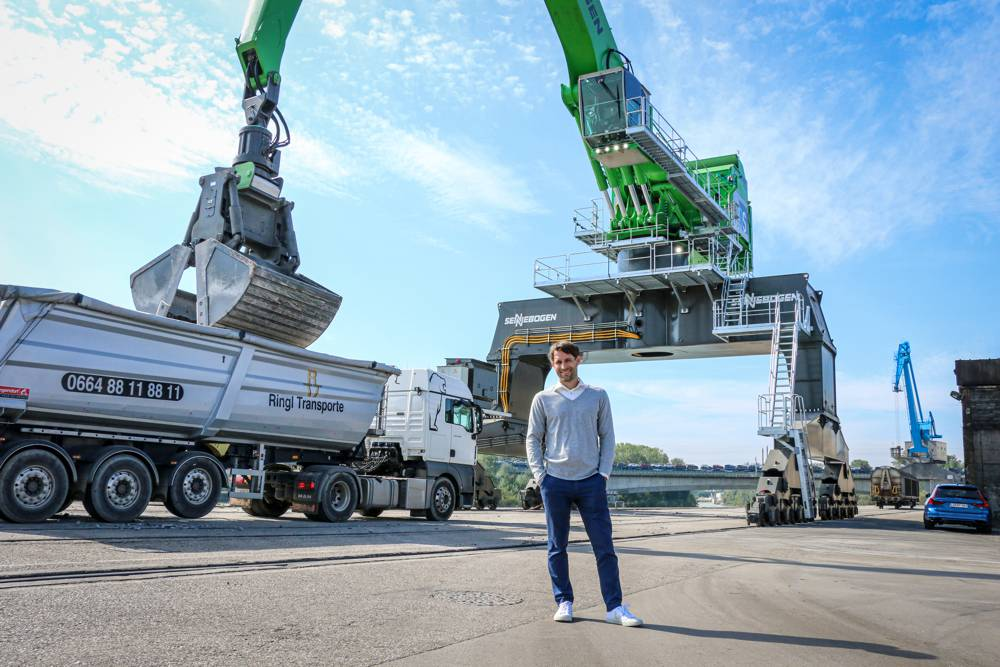 Georg Dobesberger (Managing Director, Danubia Speicherei Ges.m.b.H) is pleased with the impact of the material handler 895 E series