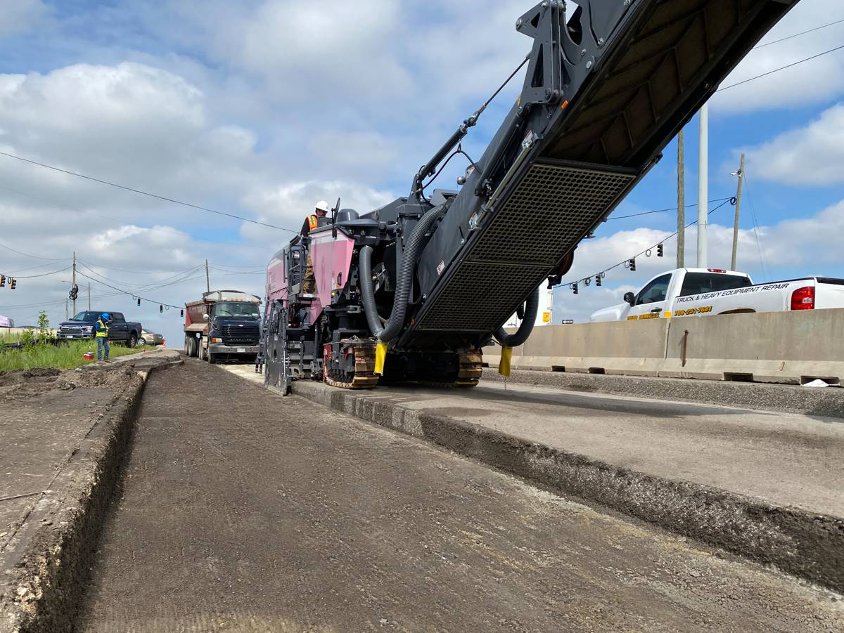 With a working width of 2.5 meters, the Wirtgen W 220 Fi milled off the 46 cm thick road surface in two passes.
