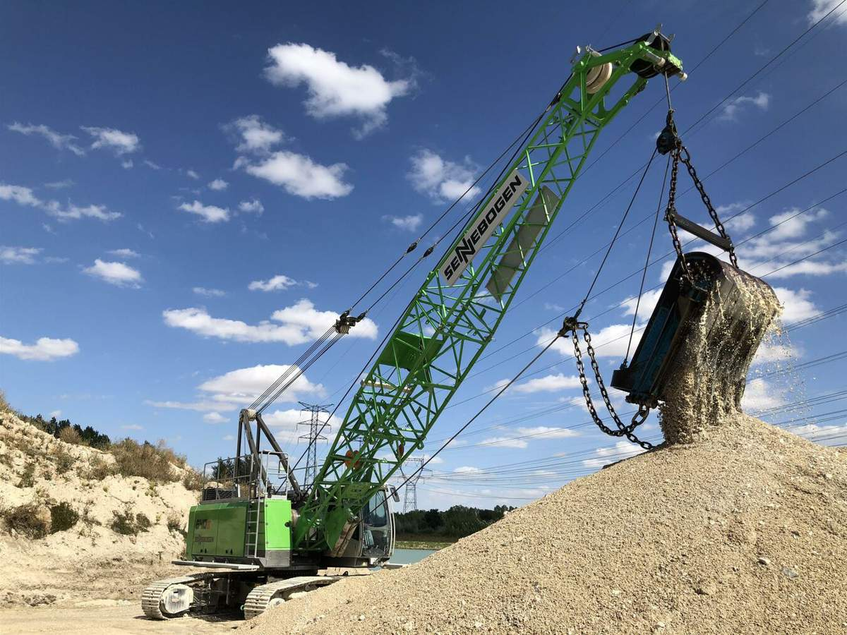 The 40 t SENNEBOGEN 640 E duty cyle crane impresses when quarrying under power lines with powerful 160 kN free-fall winches and a powerful drive