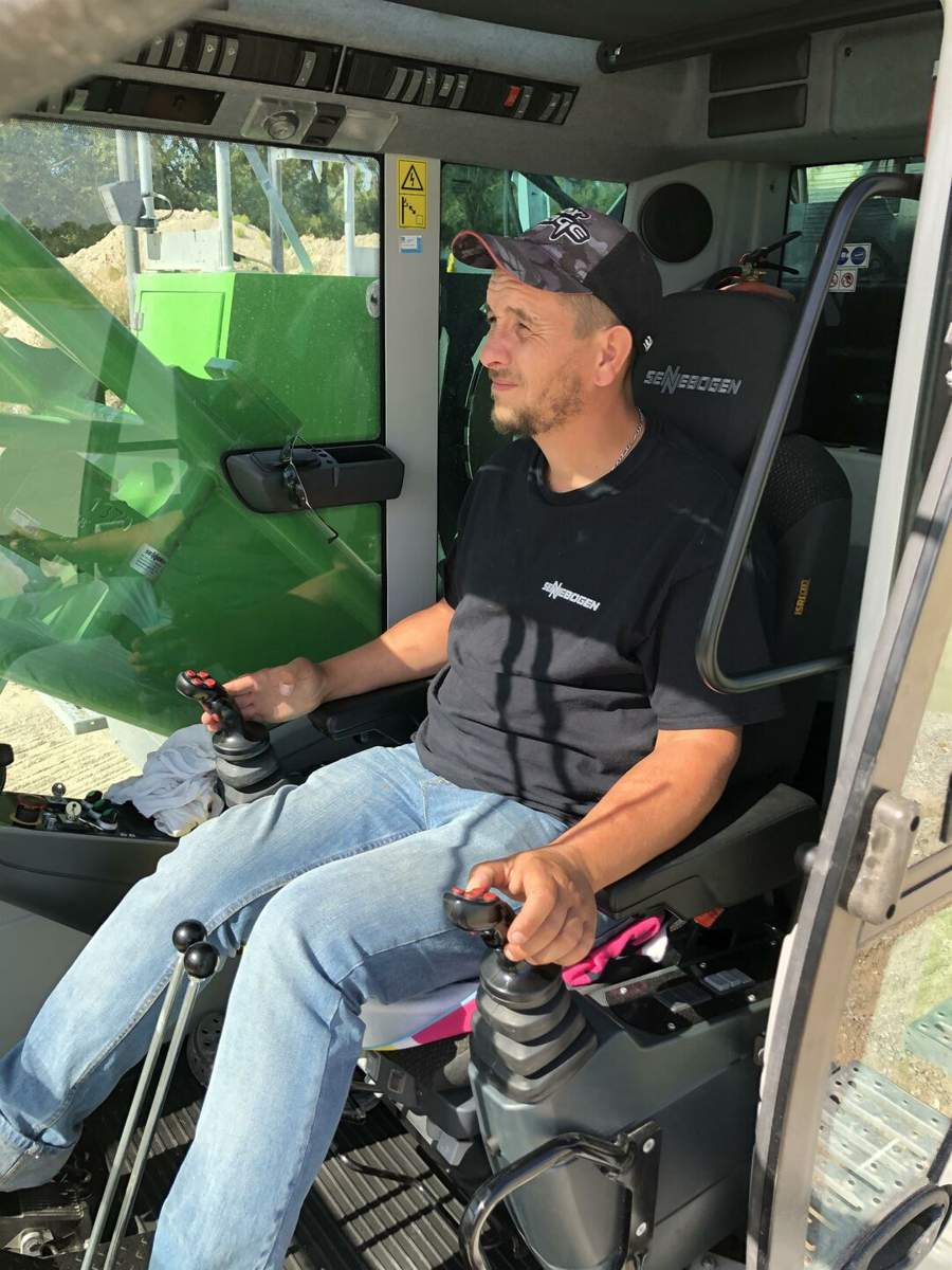 Excited about the comfortable Maxcab cab and the ergonomic controls: Crane operator Charles Pers