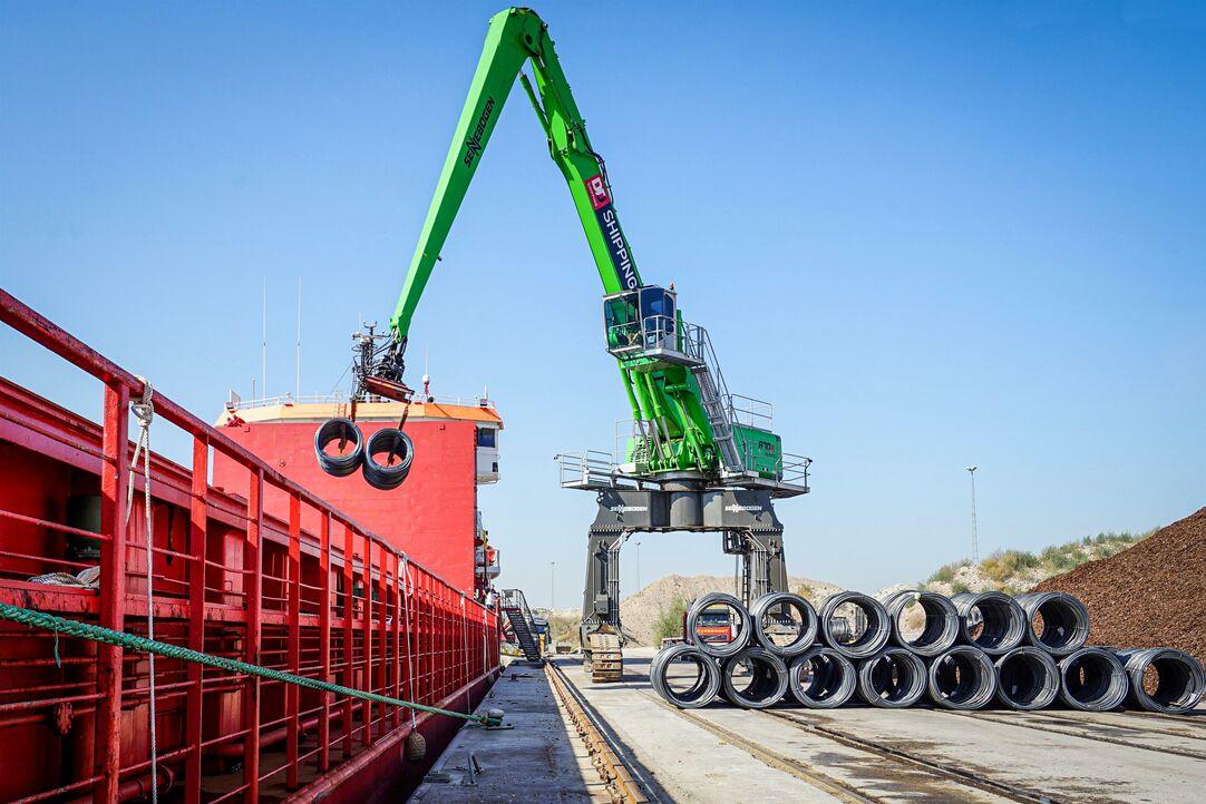 Unloading steel wire in Belgium made easy with SENNEBOGEN 870 Port Material Handler