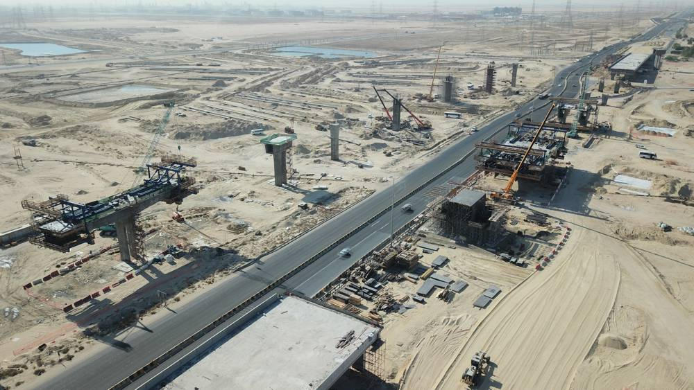 Nawaseeb Road is an important element of Kuwait's transport infrastructure. The bridge project is a special case for two reasons: Not only is it currently Kuwait's first cantilever bridge project, but it is also the first time a bridge is cast in-situ. Copyright Doka