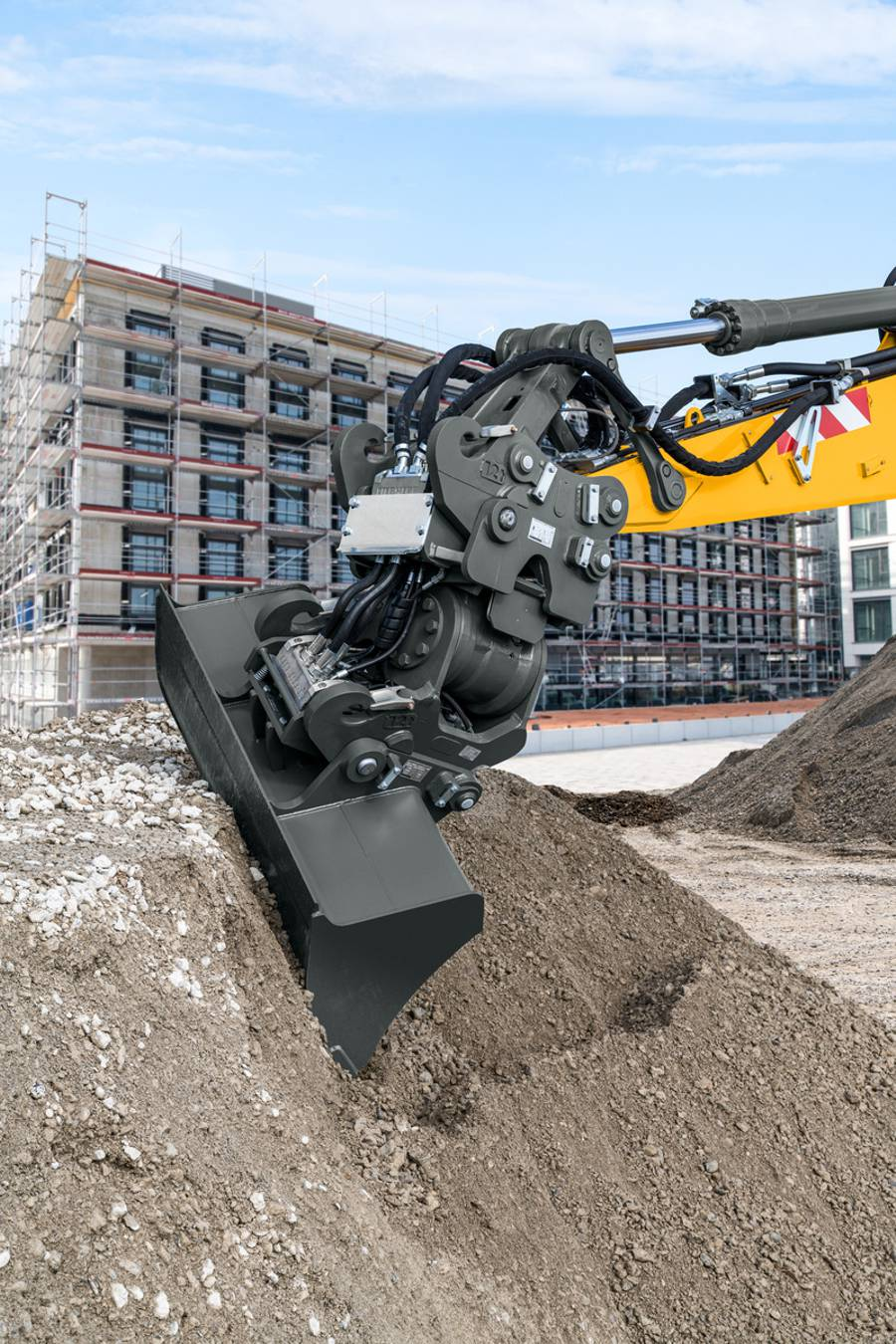In the sandwich attachment version the connection between stick end and LiTiU, as well as the bottom of the LiTiU and attachment, is realised with the fully automatic Liebherr quick coupling system. The new LiTiU 48 unit makes possible swing angles of up to 2 x 50°.
