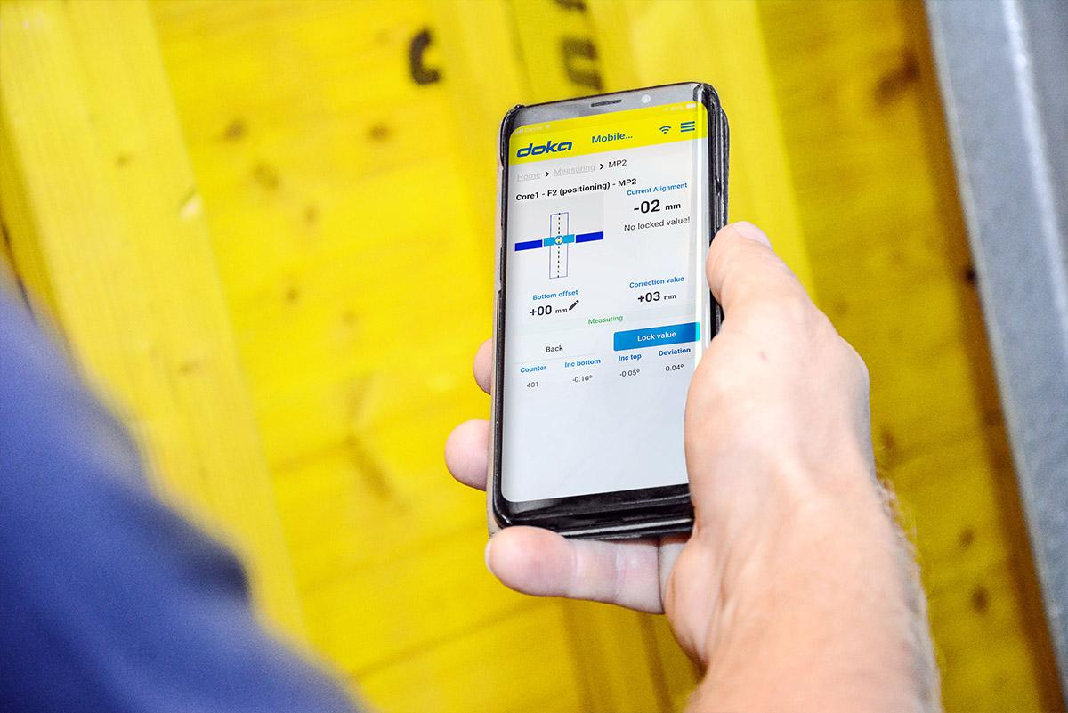 When using the DokaXact app, the formwork can be positioned and aligned for the next casting section with pin-point precision.