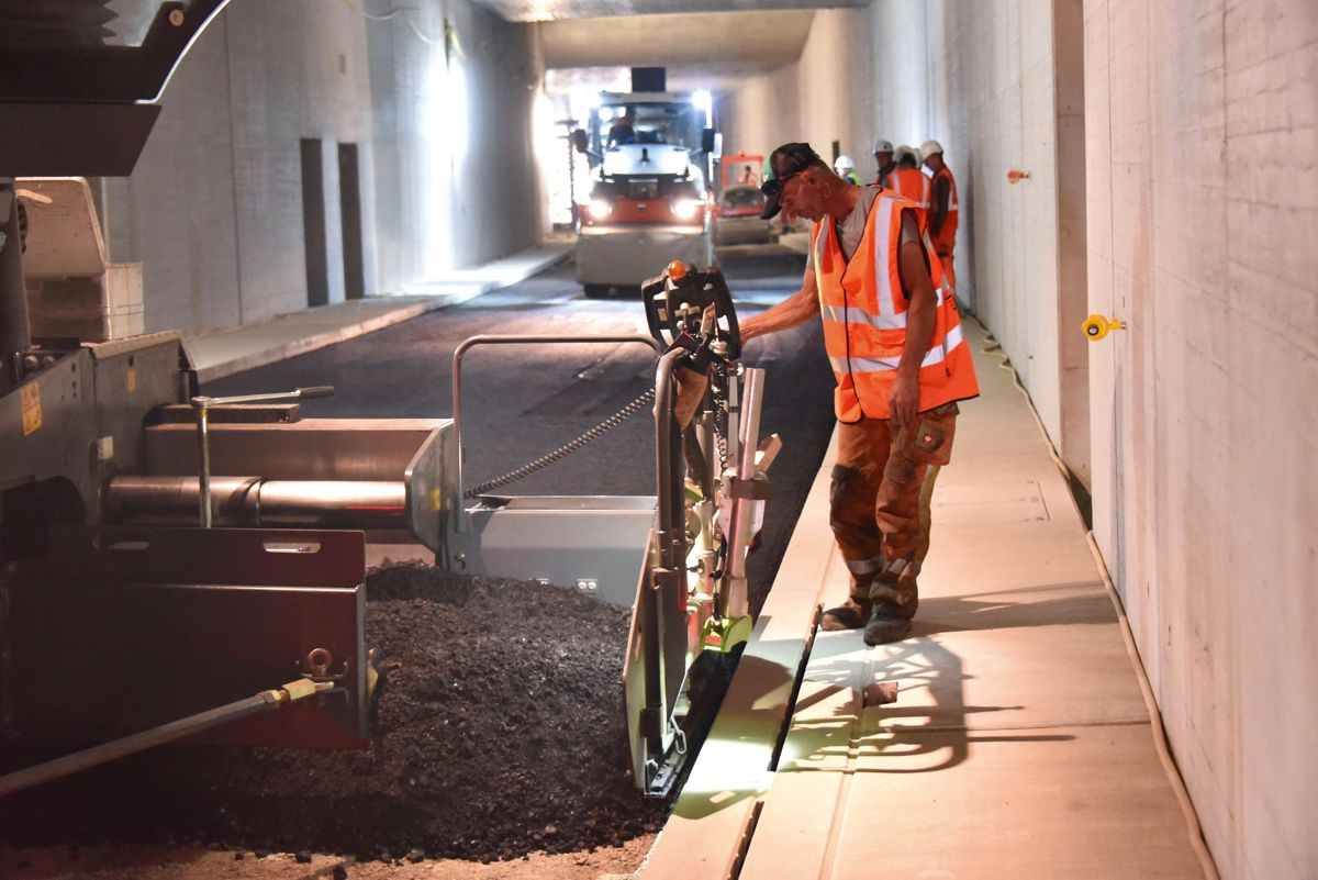 The challenge of low-temperature asphalt: The contractor deployed Vögele and Hamm machinery to construct a high-quality homogeneously compacted road inside a tunnel in the city of Karlsruhe.