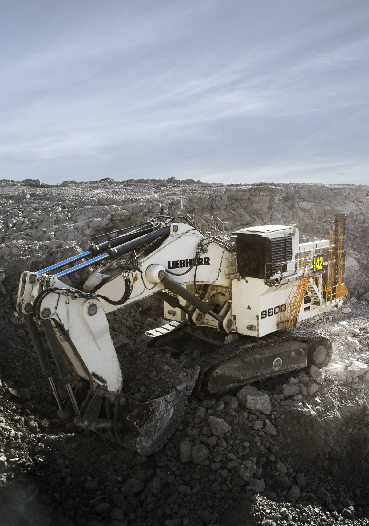 The R 9600 excavator is equipped with Liebherr Power Efficiency, Assistance Systems, and Bucket Filling Assistant.
