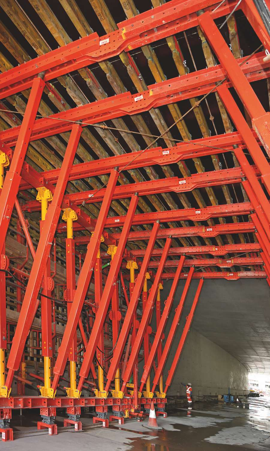 With a customised VTC Tunnel Formwork Carriage, consisting of standard components from the VARIOKIT Engineering Construction Kit in combination with GT 24 Girders and Battens in different lengths, the project requirements could be met.