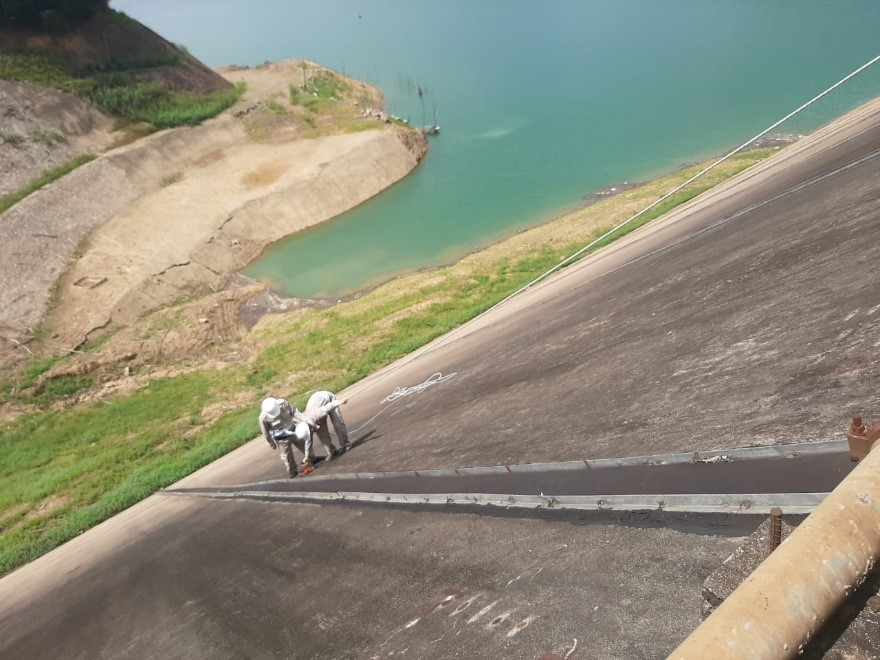 a GSSI StructureScan Mini XT GPR system being used for a concrete dam condition assessment.