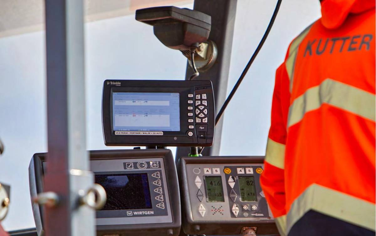 The display on the Trimble controller in the milling machine's operator platform shows whether there are deviations from the target height.