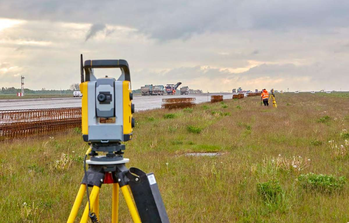 """To ensure maximum accuracy, the target gaps between Total Stations shall be limited to around 150 – 200 m, depending on the weather conditions. Accordingly, a Total Station was placed parallel to the runway every 200 m. They covered the 60 m wide runway to either side, over a distance of 100 m. Thanks to the clear communication between the prism device and the Total Station, the """"hot swap"""" (the swap-over from one Total Station to the next) worked quickly and problem-free."""