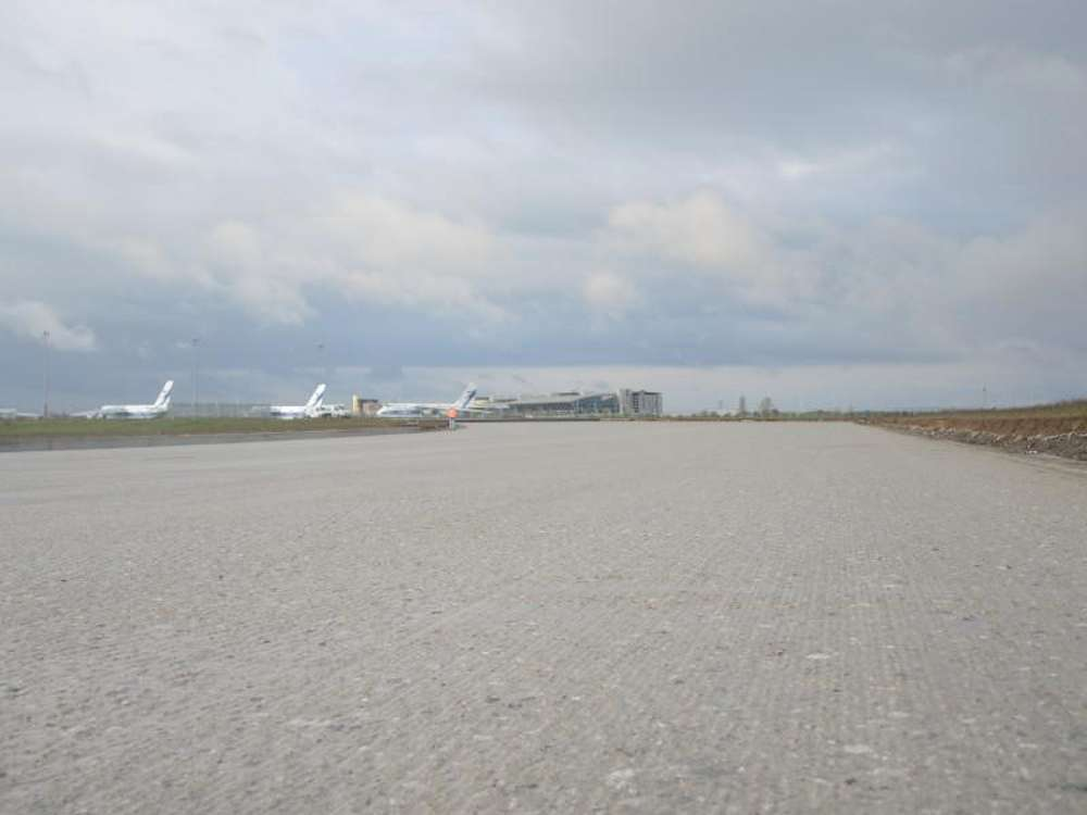 After the milling using the Trimble 3D controller, the CTB on the 80,000 m2 of taxiways and 228,000 m2 of runway presented a perfectly flat surface